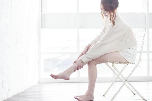 脚をマッサージする女性