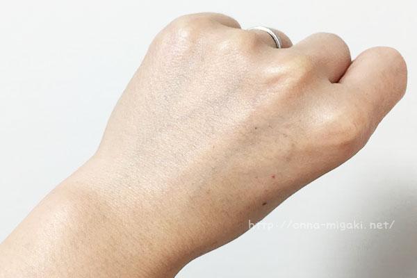 クリームを塗った手の甲