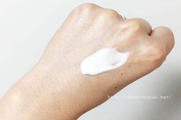 手の甲にクリームをのせる