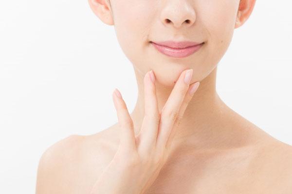 顎をさわる女性
